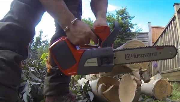 VIDEO: Husqvarna T536 Li Xp Lithium Ion Battery Chainsaw Review